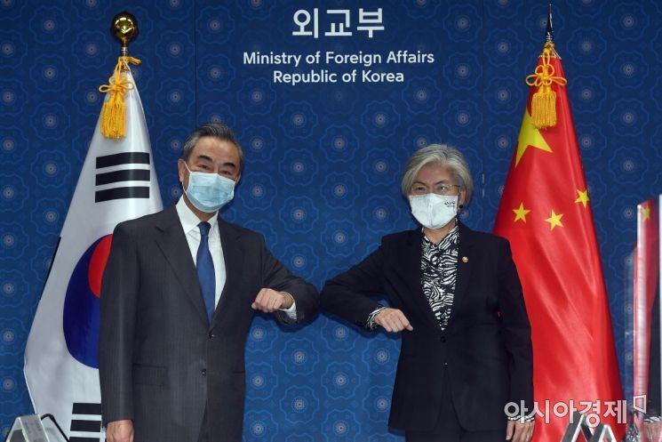지난달 26일 서울 종로구 외교부를 방문한 왕이 중국외교부장이 강경화 외교부장관과 회담전 인사하고 있다./사진공동취재단