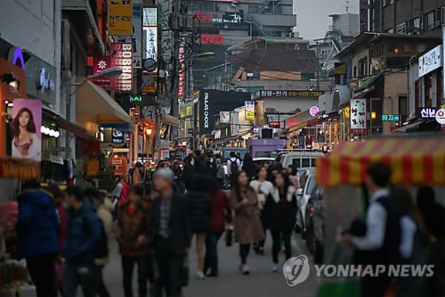 홍대 거리를 걷고 있는 청년들 [이미지출처=연합뉴스]