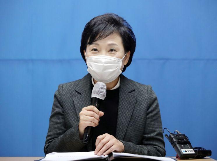 김현미 국토교통부 장관이 지난달 22일 은평구에 위치한 매입 임대주택을 방문, 현장 점검을 마치고 인사말을 하고 있다. [이미지출처=연합뉴스]