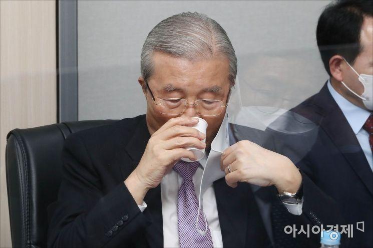 [포토] 물 마시는 김종인 비대위원장