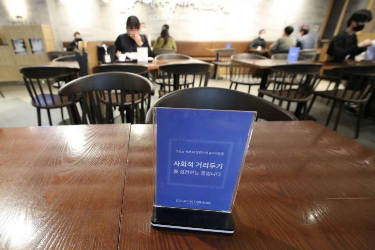 수도권의 사회적 거리두기 2단계 격상 사흘째인 26일 서울 시내의 한 대형마트 푸드코트에서 시민들이 서로 떨어져 앉아서 식사를 하고 있다. [연합뉴스]