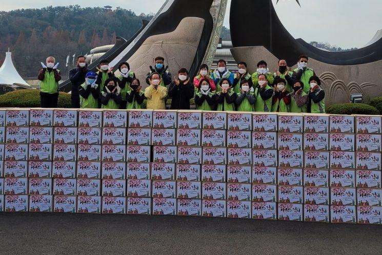 26일 창원스포츠파크 만남의광장에서 '2020년 사랑의 김장나눔' 행사를 개최하고 있다.(사진=창원시)