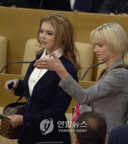 알리나 카바예바(왼쪽). 25일 블라디미르 푸틴(68) 러시아 대통령의 연인이자 전직 체조선수 알리나 카바예바(37)가 언론사 회장으로 재직하며 770만파운드(약 114억원)의 연봉을 받았다는 보도가 나왔다. [이미지출처=연합뉴스]