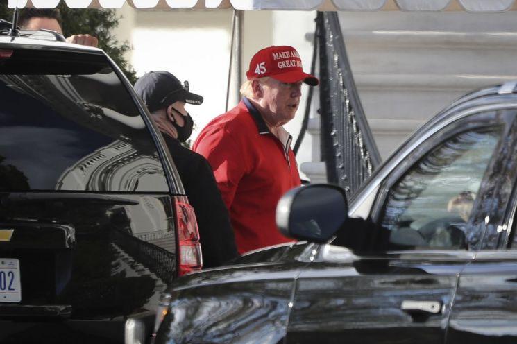 도널드 트럼프 미국 대통령이 추수감사절인 26일 골프를 하고 백악관으로 돌아오고 있다. [이미지출처=EPA연합뉴스]
