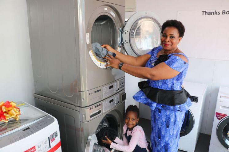 나이지리아 베닌(Benin)시(市)에 설치된 LG전자 무료 세탁방에서 현지주민들이 세탁기를 체험하고 있다.