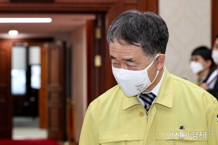 [포토]회의실 들어서는 박능후 보건복지부 장관