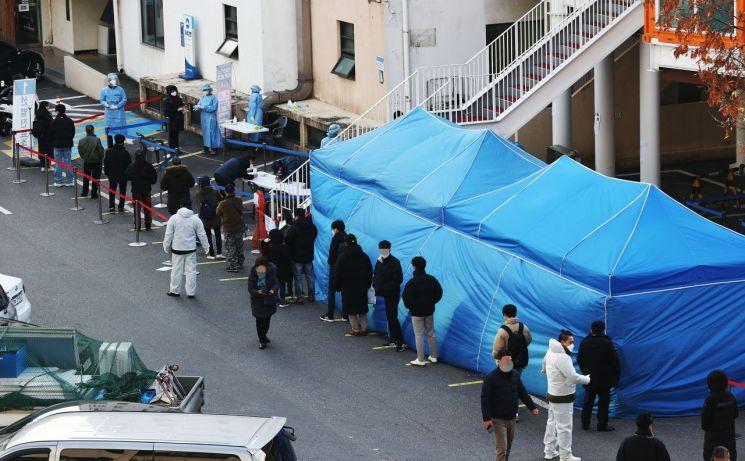27일 동작구청에 마련된 선별진료소에 시민들이 코로나19 검사를 받기 위해 줄을 서 있다.<이미지:연합뉴스>