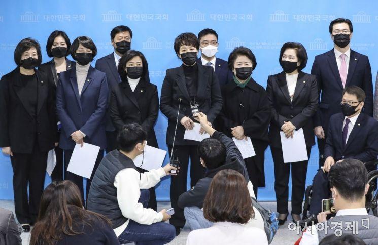 [포토] 국민의힘 초선 의원들, 현안 관련 긴급 기자회견