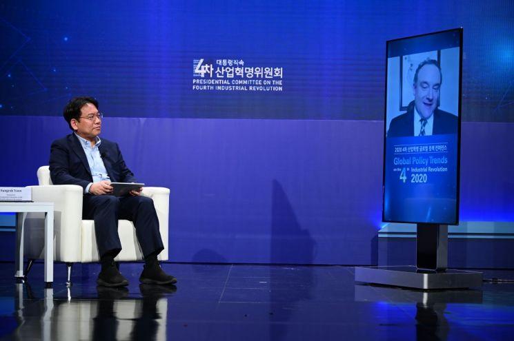 윤성로 4차산업혁명위원회 위원장이 27일 온라인 생중계로 진행된 '2020 4차산업혁명 글로벌정책 컨퍼런스'에서 미래학자 제이슨 솅커와 화상으로 대담을 진행하고 있다.