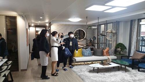 '양평 다문지구 반도유보라 아이비파크' 견본주택을 찾은 방문객들이 전용 84㎡ 유니트를 살펴보며 설명을 듣고 있다.