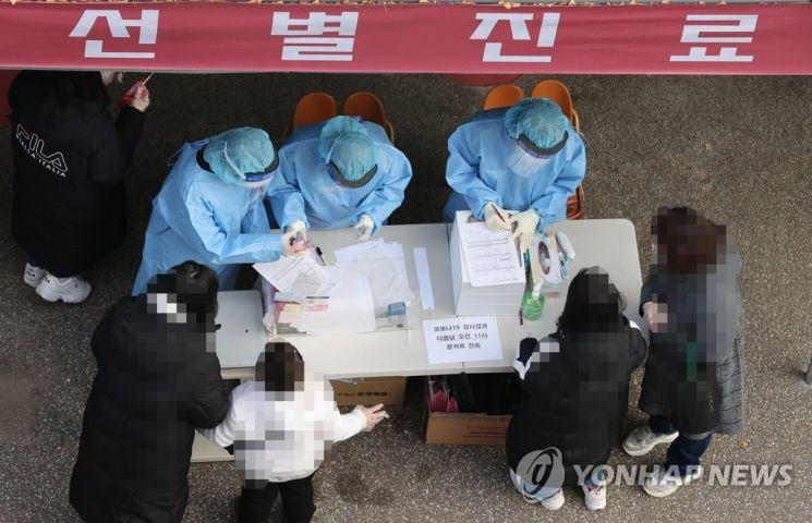 26일 오전 서울 강서구보건소 선별진료소를 찾은 시민들이 신종 코로나바이러스 감염증(코로나19) 검사를 받기 위해 차례를 기다리고 있는 모습. / 사진=연합뉴스