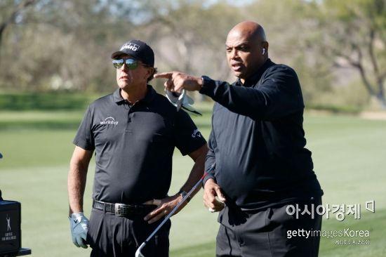 필 미컬슨(왼쪽)과 찰스 바클리가 이벤트 대회 '캐피털 원스 더 매치' 도중 이야기를 하고 있다. 오로밸리(美 애리조나주)=Getty images/멀티비츠