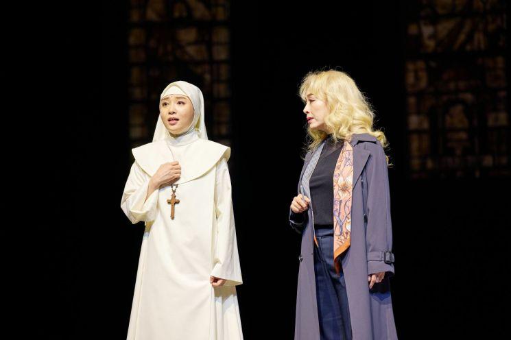 연극 '신의 아그네스' 공연 장면. 아그네스 역의 이지혜(왼쪽)와 리빙스턴 역의 박해미  [사진= 예술의전당 제공]