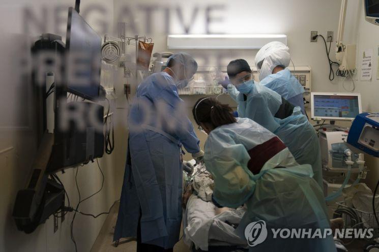 코로나 환자를 치료 중인 LA의 한 병원 중환자실 [이미지출처=연합뉴스]