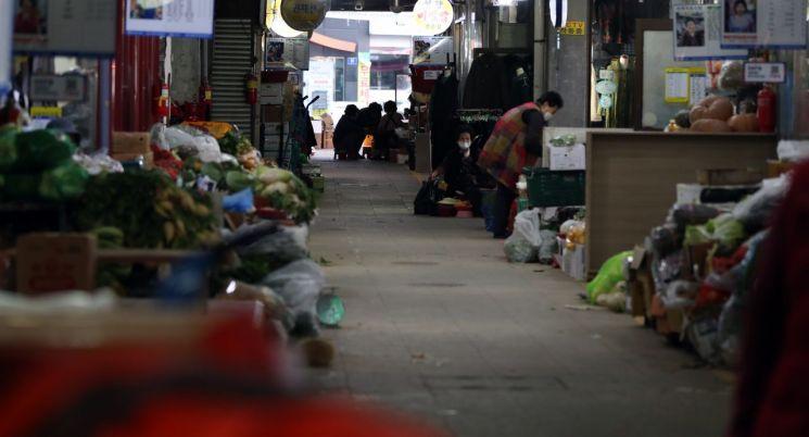 11월 26일 코로나19 확진자가 며칠새 늘어나면서 경남 진주시 자유시장이 한산한 모습을 보이고 있다. [연합뉴스]