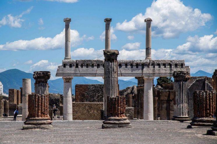 신종 코로나바이러스 감염증(코로나19) 사태로 폐쇄됐던 이탈리아의 고대 로마 도시 폼페이가 26일(현지시간) 두 달 만에 개방돼 내국인 관광객들이 둘러보고 있다. [이미지출처=연합뉴스]