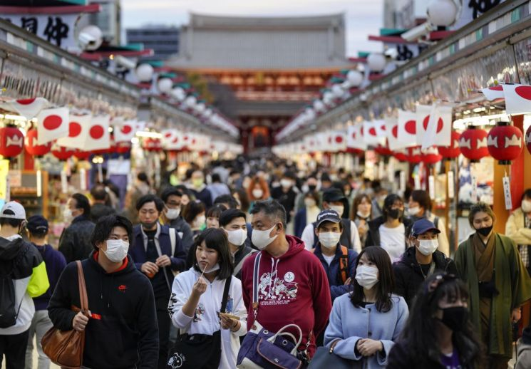 일본의 신종 코로나바이러스감염증(코로나19) 신규 확진자 수가 급증해 28일 오후 7시 기준 하루 최다인 2684명을 기록했다. 사진은 도쿄 도심 아사쿠사의 나카미세 거리가 방문객들로 북적이고 있는 모습. [이미지출처=연합뉴스]