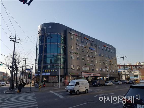 간판개선 사업으로 새단장한 인천 남동구 제일코아상가 [사진제공=인천시]