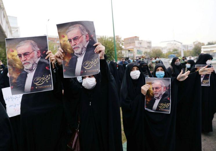 이란의 핵과학자 모센 파크리자데가 테러로 목숨을 잃은 것과 관련해 이란 시민들이 거리로 나와 애도하고 있다. [이미지출처=로이터연합뉴스]