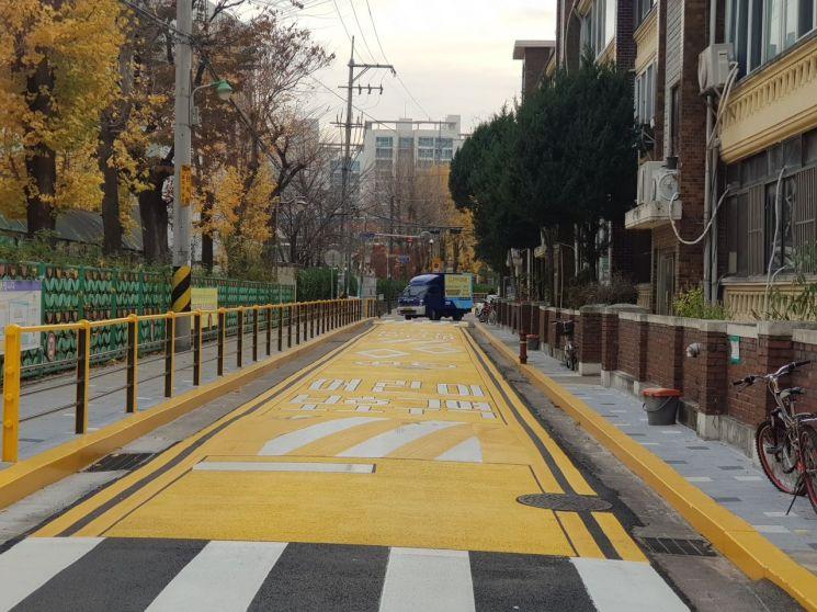 경수초 앞 어린이보호구역 내 도로 및 안전펜스, 경계석 등을 전부 노란색으로 바꾸는 '성동형 옐로 스쿨존'을 시범 조성했다