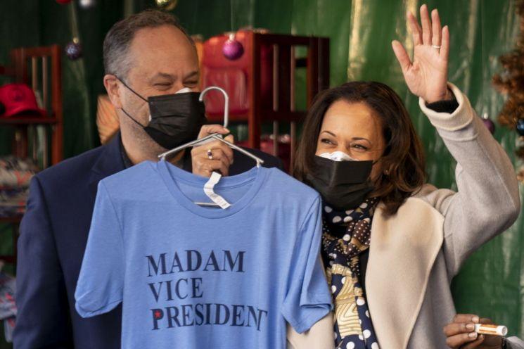 카멀라 해리스 미 부통령 당선인이 '마담 부통령'이라고 쓰여진 티셔츠를 들어 보이고 있다. [이미지출처=AP연합뉴스]