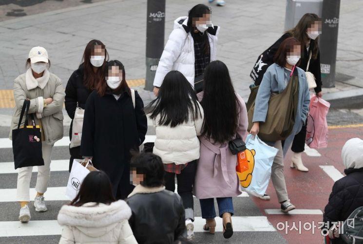 지난 29일 서울 홍대 거리에서 시민들이 발걸음을 재촉하고 있다. /문호남 기자 munonam@