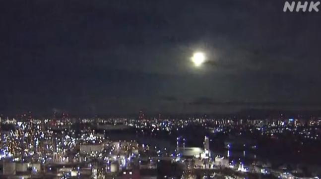 29일 오전 1시 34분께 밝은 빛을 내는 거대한 불덩어리(火球)가 서(西)일본의 광범위한 지역에서 관측됐다. [이미지출처 = NHK 방송 화면 캡처][이미지출처 = 연합뉴스]