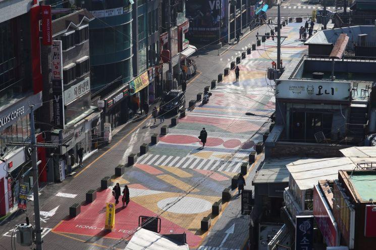 코로나19 신규 확진자 수가 폭증하면서 26일 오후 서울 마포구 홍대거리가 한산한 모습이다. [연합뉴스]