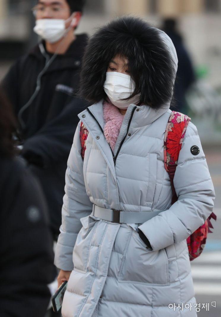 초겨울 날씨를 보인 30일 서울 종로구 광화문 사거리에서 두꺼운 옷을 입은 시민들이 바쁘게 움직이고 있다.