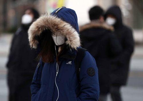 초겨울 날씨를 보인 30일 서울 종로구 광화문 사거리에서 두꺼운 옷을 입은 시민들이 바쁘게 움직이고 있다. /문호남 기자 munonam@