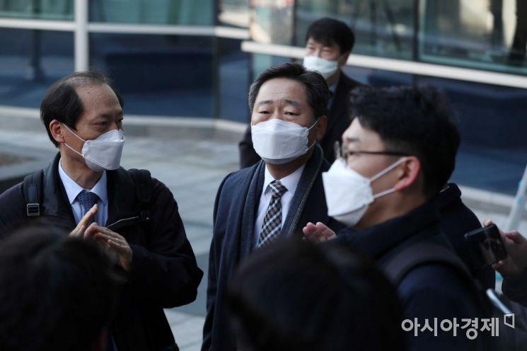 윤석열 검찰총장의 직무정지 처분에 대한 효력 집행정지 재판이 30일 서울행정법원에서 열렸다. 이날 윤 총장의 법률 대리인인 이완규(왼쪽)·이석웅(가운데) 변호사가 법원으로 들어서고 있다. /문호남 기자 munonam@