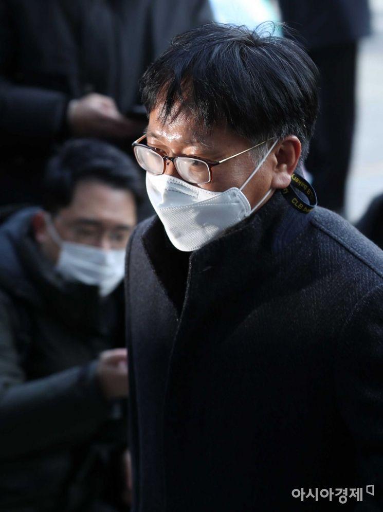 [포토]법원 들어서는 법무부 측 이옥형 변호사
