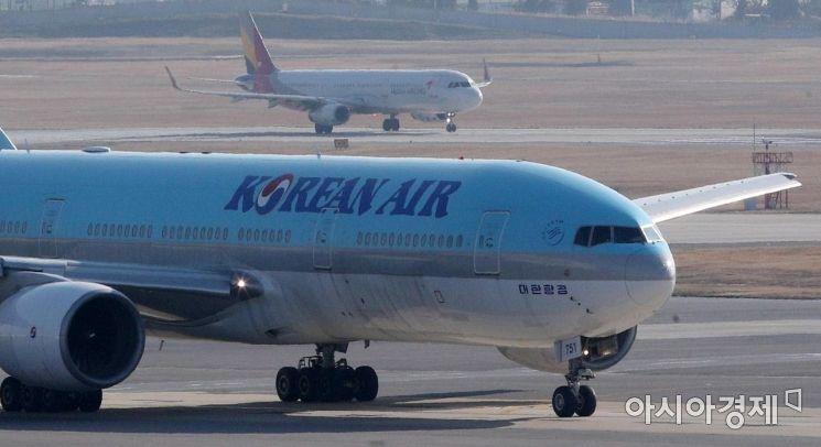 지난해 11월30일 서울 강서구 김포공항 계류장에 대한항공여객기가 이동하고 있다.