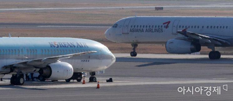 서울 강서구 김포공항 계류장에 대한항공과 아시아나항공 여객기가 활주로를 향해 이동하고 있다.