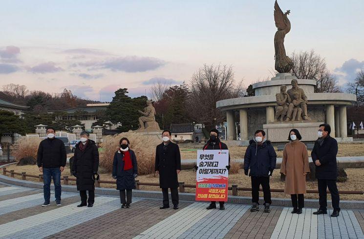 주호영 국민의힘 원내대표(왼쪽 네 번째)가 29일 오후 같은 당 초선 의원들의 릴레이 1인 시위가 진행되고 있는 청와대 인근 분수대 광장을 방문하고 있다. / 사진=연합뉴스