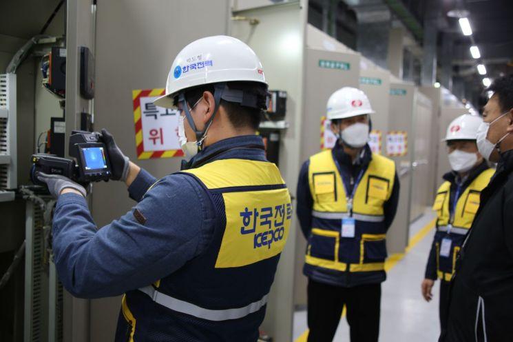 한국전력 직원이 열화상카메라를 이용해 질병관리청 건물 내 수전설비를 진단하는 모습.(사진제공=한국전력)