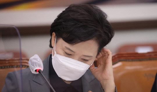 김현미 국토부 장관이 30일 열린 국토교통위원회 전체회의에서 생각에 잠겨 있다. [이미지출처=연합뉴스]