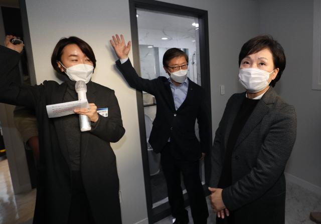 김현미 국토교통부 장관이 지난달 22일 은평구에 위치한 매입 임대주택을 방문해 내부를 둘러보고 있다. /연합뉴스
