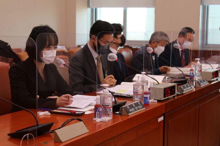 박희경 재단법인 경청 변호사(왼쪽 첫번째)가 기술탈취 방지 위한 법률, 정책 개선 사항을 발표하고 있다.
