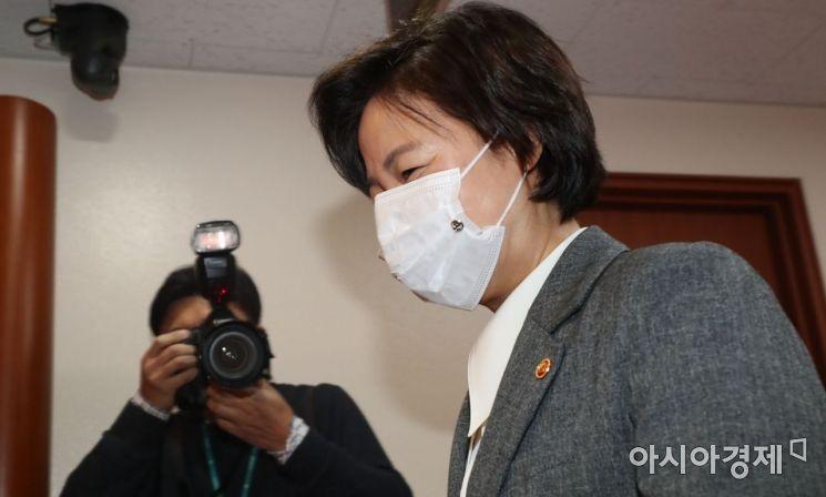 추미애 법무부 장관이 1일 서울 종로구 정부서울청사에서 열린 국무회의에 참석하고 있다. /김현민 기자 kimhyun81@