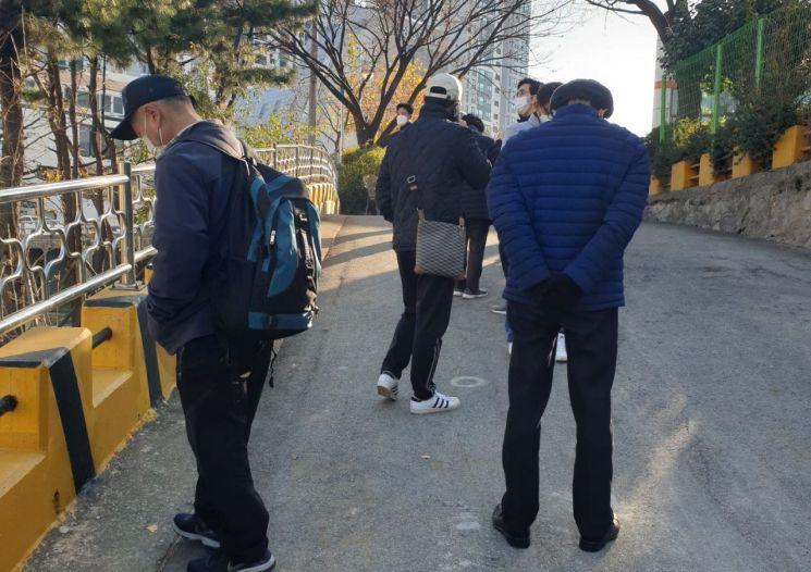 1일 부산 북구보건소 앞에서 검사 대상 통보를 받은 시민들이 코로나19 검사를 받기 위해 기다리고 있다.