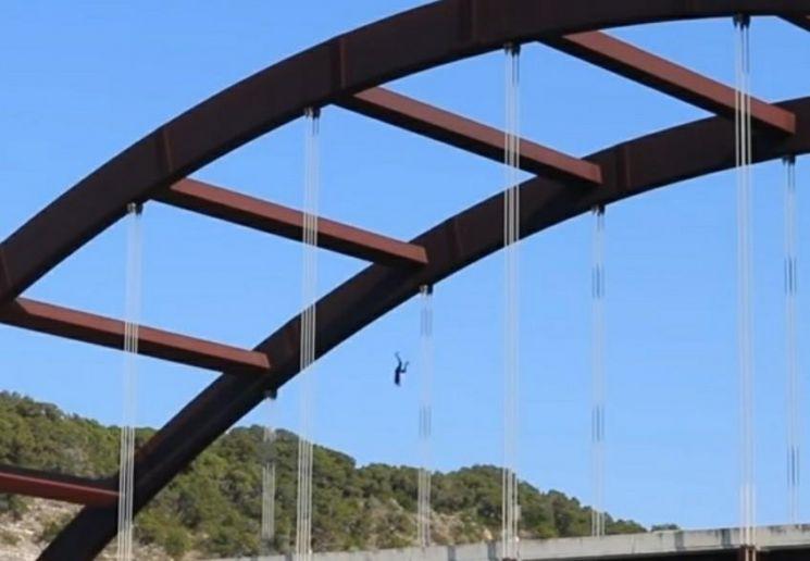 폼바가 다리 위에서 콜로라도 강 위로 떨어지고 있다. 사진=폼바 유튜브 캡처.