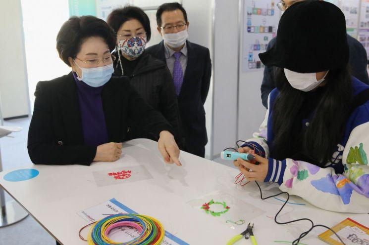이길여 가천대총장(왼쪽)이 전시회 3D펜 체험부스에서 참가 학생의 3D펜 시연을 참관하고 있다.