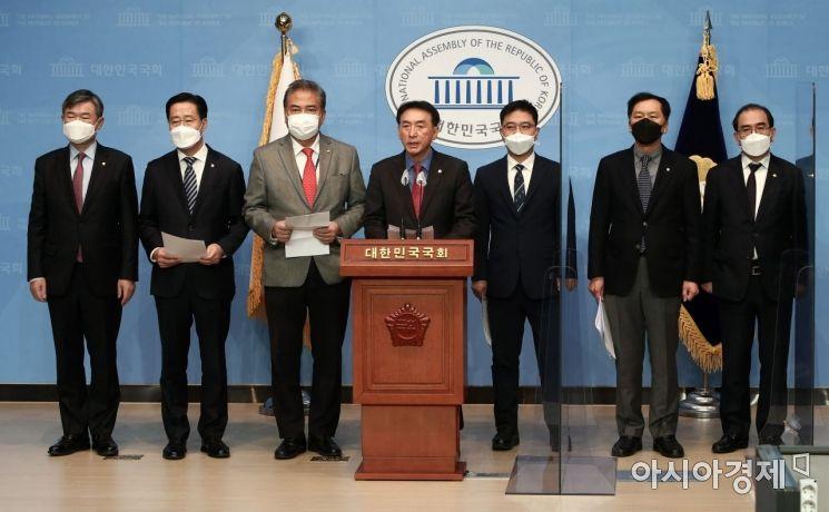 [포토] 긴급 기자회견하는 야당 외통위 의원들
