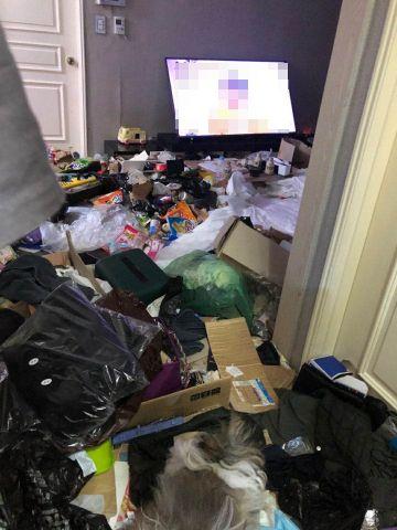 여수의 한 아파트 가정집 냉장고에서 생후 2개월 된 아기가 시신으로 발견된 가운데, 해당 아파트 내부가 쓰레기로 뒤덮여 있다./사진=여수시 제공