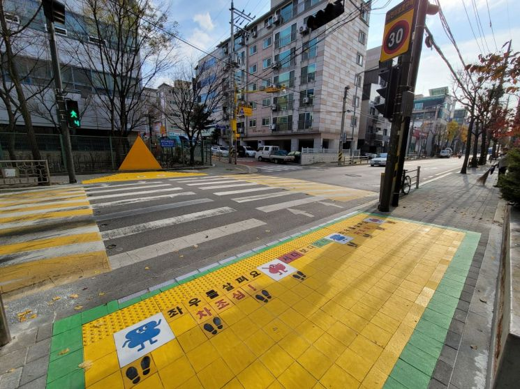 송파구 초교 주변 옐로카펫·노란발자국 설치