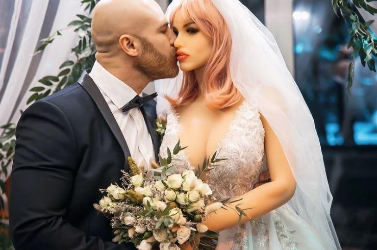 카자흐스탄의 보디빌더 유리 톨로츠코가 '리얼돌' 마고와 결혼했다./사진=유리 톨로츠코 인스타그램