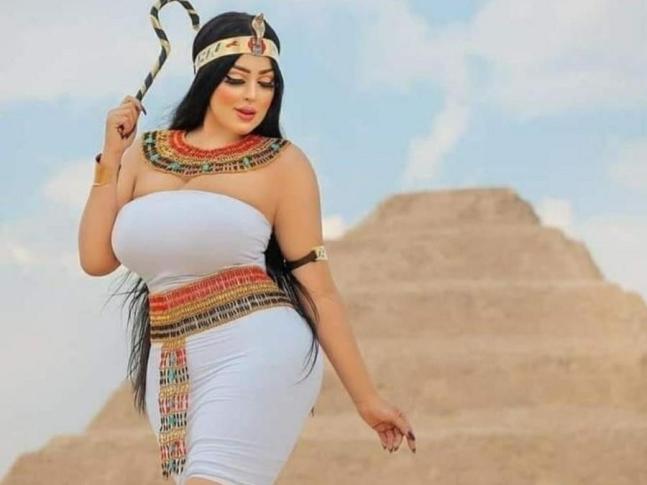 이집트 피라미드 앞에서 사진 촬영을 했다가 체포된 모델 살마 알시미./사진=인스타그램