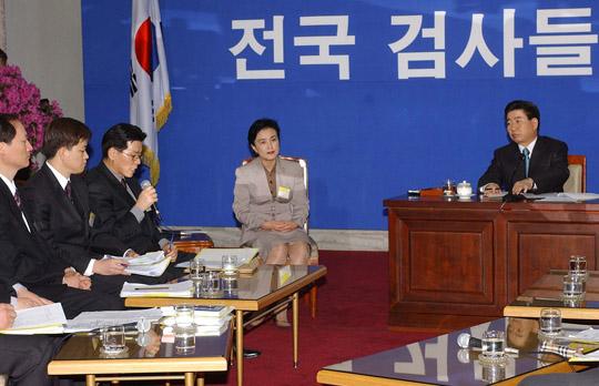 2003년 3월 9일 노무현 대통령이 정부종합청사에서 열린 전국 평검사들과의 대화에서 질문을 받고 있다. [이미지출처=연합뉴스]