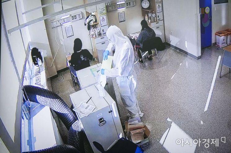 2021학년도 대학수학능력시험이 치러지는 3일 오전 서울 중랑구 서울의료원 격리병동에 마련된 '코로나19 확진 수험생'을 위한 임시 고사장에서 수험생이 시험을 치르는 모습이 폐쇄회로 속 화면으로 보여지고있다. 이날 서울의료원에서 시험을 치른 수험생은 5명이다. /사진공동취재단